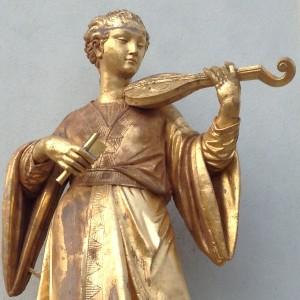 """Hier spielt die Musik - glänzende """"chinesische"""" Musikerin vor dem chinesischen Teehaus in Sanssoucis."""