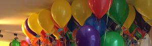 Luftballons in den Farben eines Buches