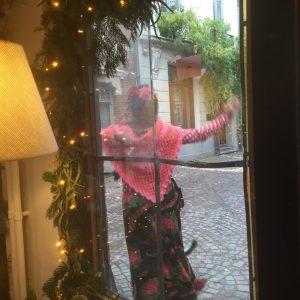 Autorin sieht Besitzerin von Poppins vor vor ihrem Blumenladen in Antwerpen